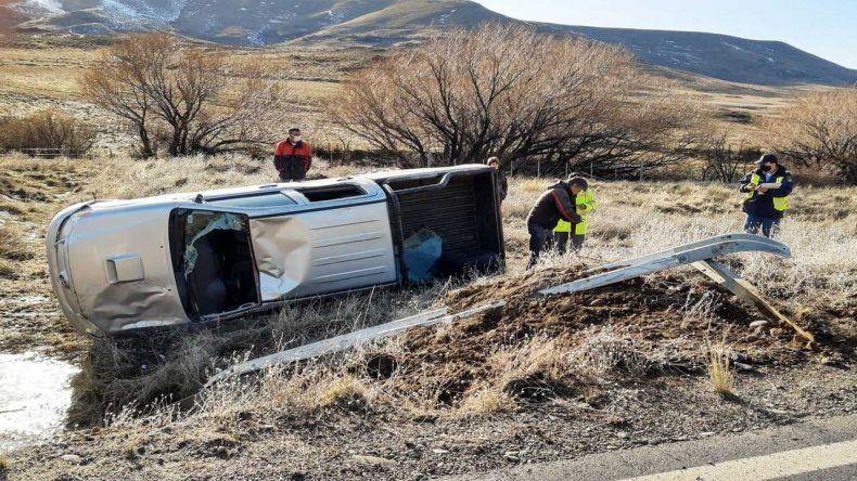 Por el hielo, perdió el control de su camioneta y volcó