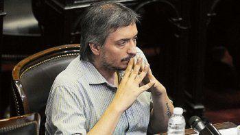 Máximo Kirchner disparó contra el ex presidente por su viaje a Europa.