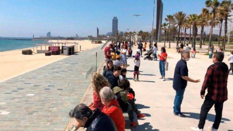 España sufre un pico de la pandemia al aflojar la cuarentena.