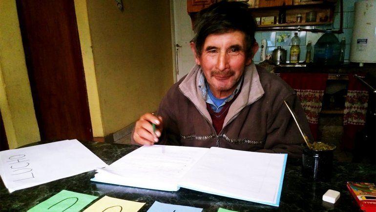 El criancero que aprendió a escribir su nombre a los 63 años