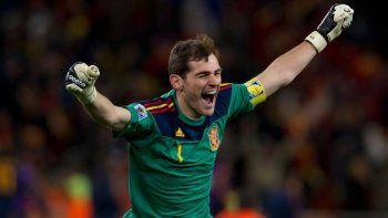 Iker Casillas anunció su retiro, tras 20 años de carrera y numerosos títulos con España y el Real Madrid.