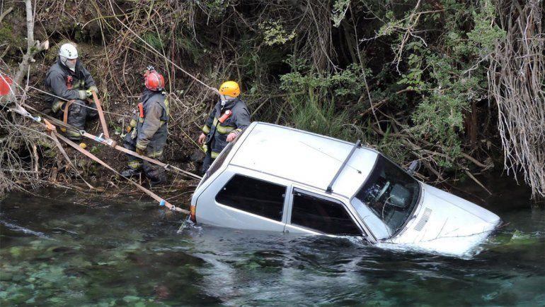 Accidente y milagro: un auto cayó en el río Correntoso
