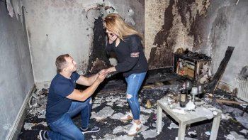 le propuso casamiento con velas y quemo la casa