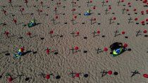 copacabana amanecio cubierta de cruces negras y globos rojos
