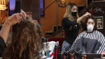 Con estricto protocolo, peluquerías sobreviven a la pandemia