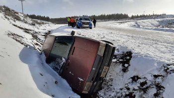 Ruta 23: un auto sin cadenas despistó y terminó en un zanjón