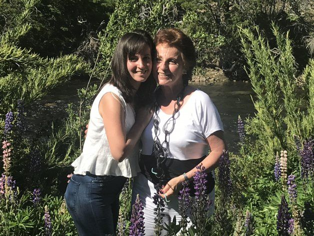 Nathalie Leloutre junto a su mamá en San Martín de los Andes.