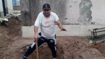 jujuy: asi la gente cava tumbas en el patio de su casa