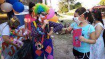 una familia colecta juguetes y chocolates para 500 ninos