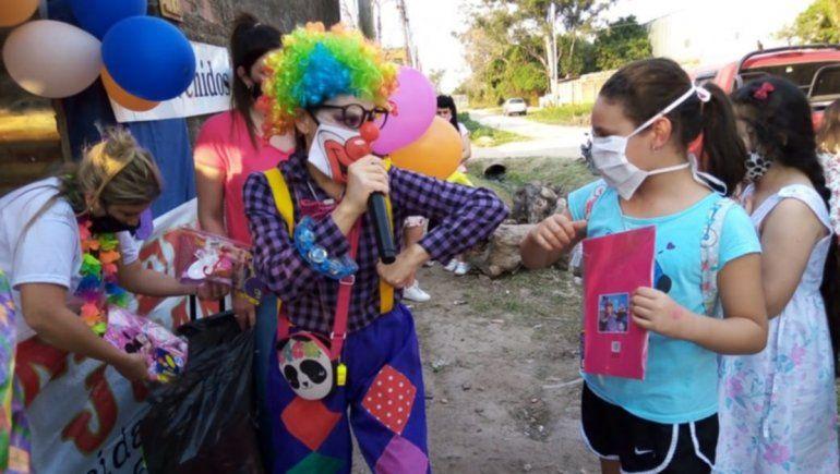 Una familia colecta juguetes y chocolates para 500 niños