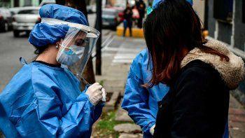 espana en alerta por la segunda ola de coronavirus: prohiben fumar en la calle