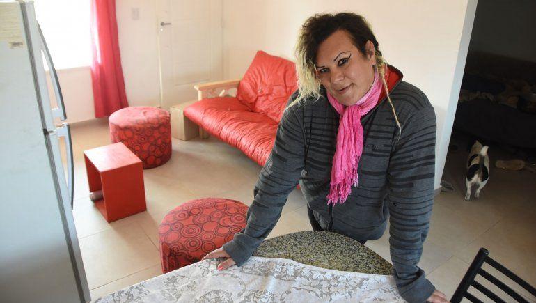 Wanda en su casa con los muebles rojos.