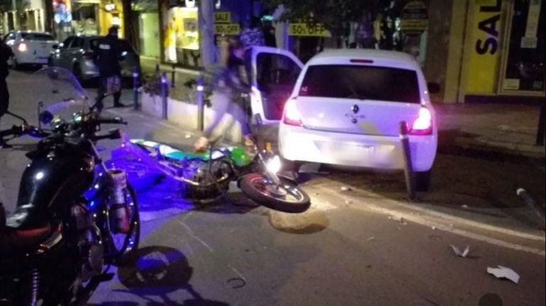 El impactante accidente quedó registrado en un video. El inspector se quebró las piernas.