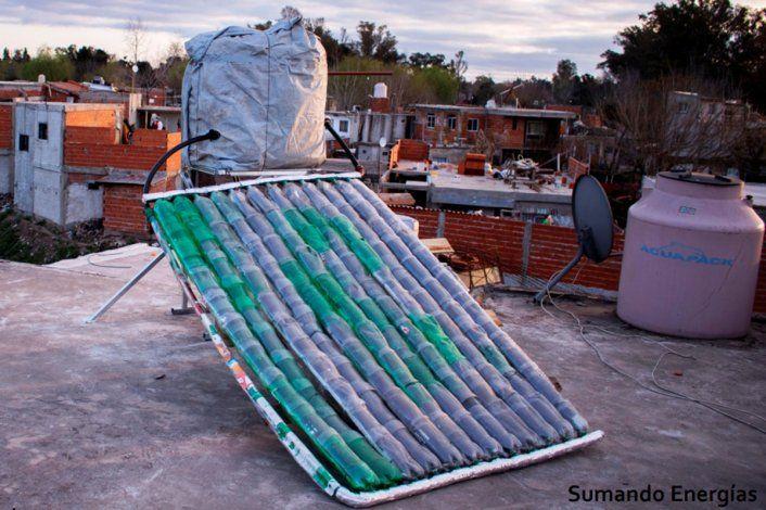 Uno de los colectores solares instalado, hecho por la ONG Sumando Energías en Buenos Aires.