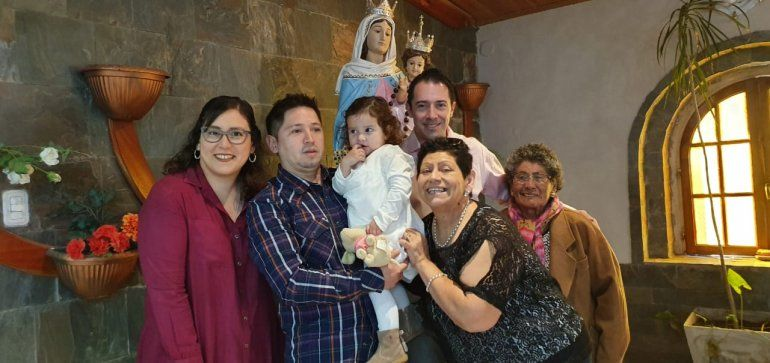 Ester, junto a su familia que espera pro su recuperación del coronavirus.