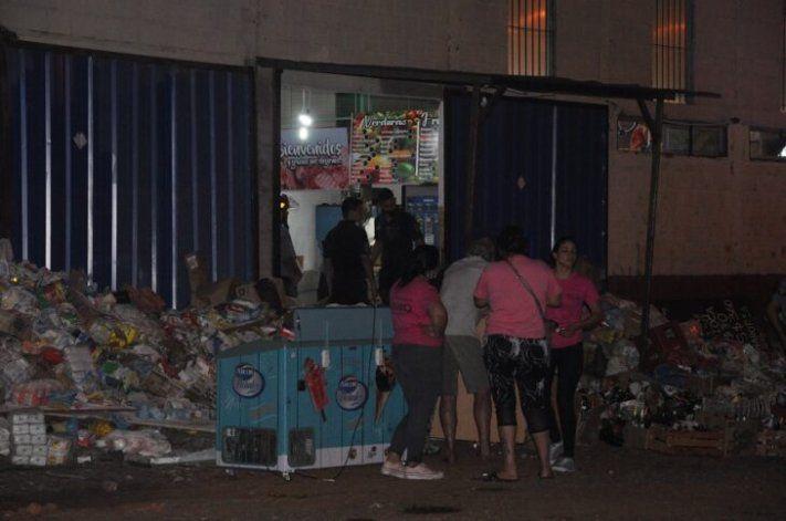 El estante de un super de Misiones se vino abajo y la mercadería hirió a tres hombres. Uno murió.