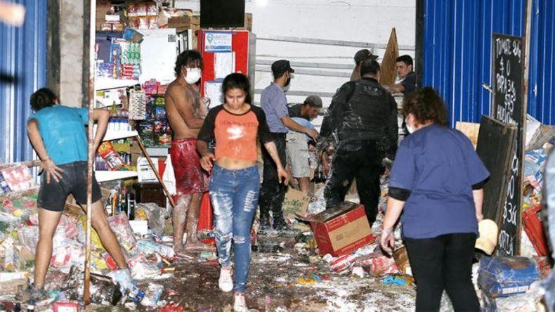 Tragedia: se le cayó un estante en un supermercado y lo mató