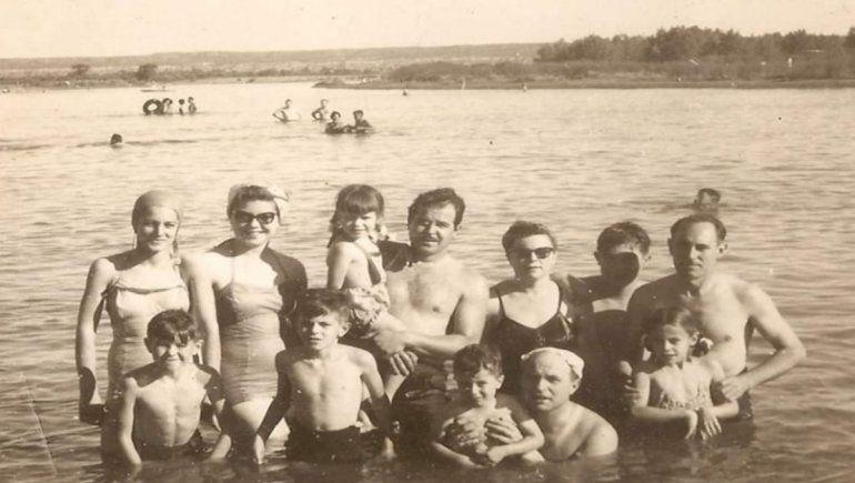 La familia de Valeria Malcotti disfrutando del río en el año 1955. Esther Fernández, su mamá, tenía 15 años en ese momento.