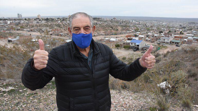 Emilio sigue trabajando a sus 75 años atendiendo pacientes de Neuquén y Río Negro