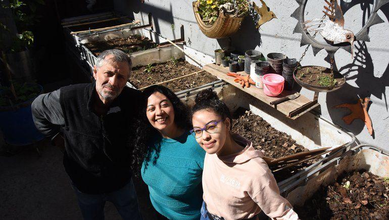 Alejandro, Silvia y Juliana, parte de la familia que se dedica a criar lombrices californianas.