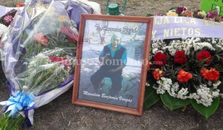 La familia de Marcelino reclamó frente al hospital. Quieren que les entreguen el cuerpo, pero ya fue enterrado.