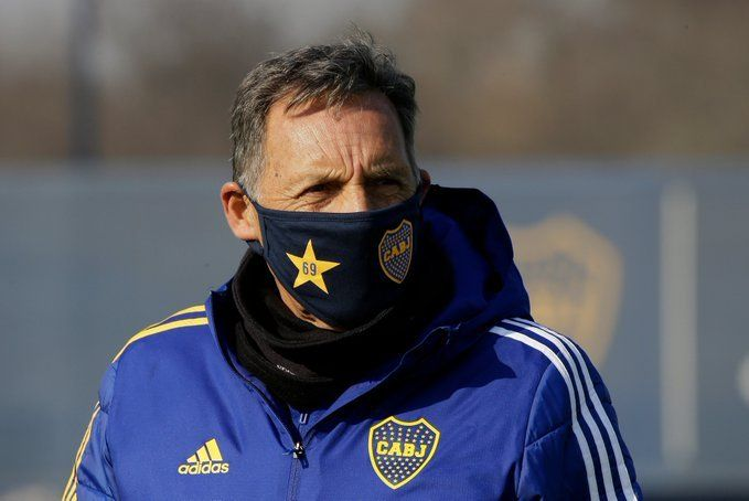 Russo reapareció para  dirigir la práctica táctica de Boca