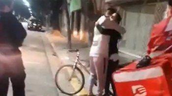 le robaron la bici a un repartidor y su clienta le termino regalando la suya