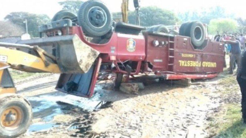 Tragedia: murió un bombero de 18 años al volcar autobomba