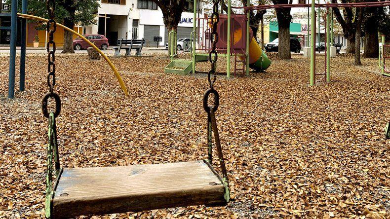 Centenario: por la suba de casos clausuran juegos en plazas