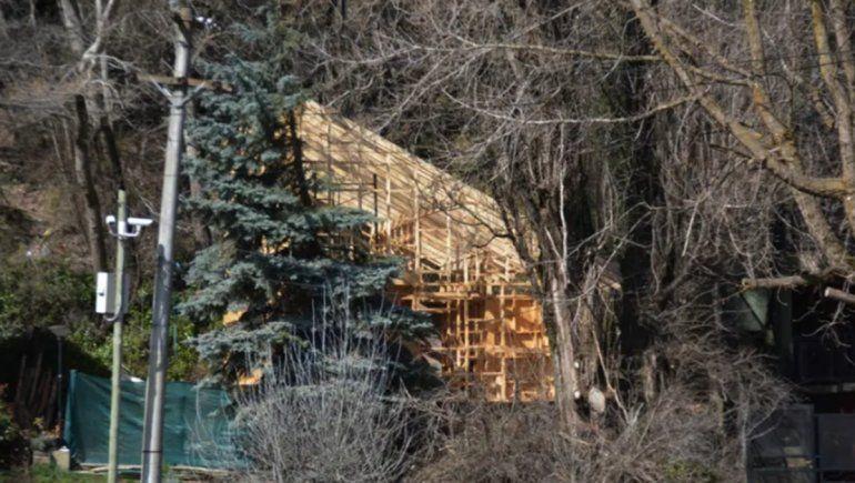 Usurpó un terreno público para poner su parrilla y ahora construye su casa