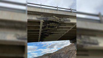 un camion choco contra un puente y esta cortada la ruta 234