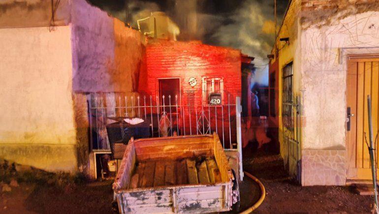 Le pegaron y quemaron su casa: murió en el hospital