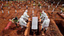 indonesia: condenan a cavar tumbas a los que no usan tapabocas