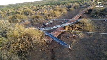 el viento tiro varios postes de energia en el centro de la provincia