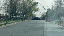 carteles, arboles y postes caidos por el paso del viento