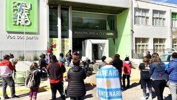 Repartidores de viandas, en protesta frente al Municipio de Centenario.