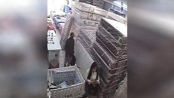 Falso cliente amenazó a empleada de un local y se llevó $14 mil