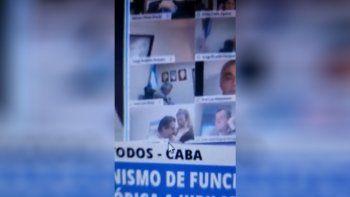 Escándalo: diputado salió en vivo besándole los senos a una mujer