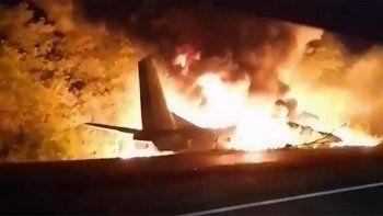 al menos 20 muertos al estrellarse un avion militar en ucrania