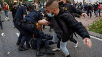manifestantes le dan una paliza a un agente antidisturbios