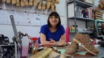 pisa fuerte: es zapatera y ensena el oficio a otras mujeres