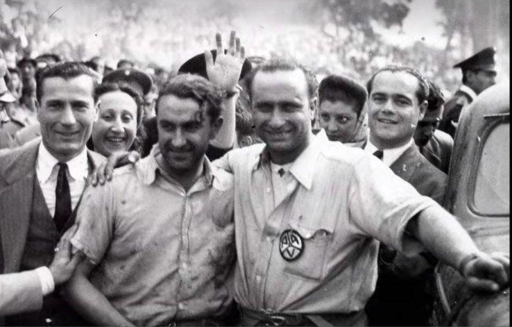 Fangio y su amigo, en tiempos de festejo. Su muerte, con él al volante, lo hizo caer en una crisis.
