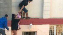 video: dramatico rescate de una nena trepada a un primer piso