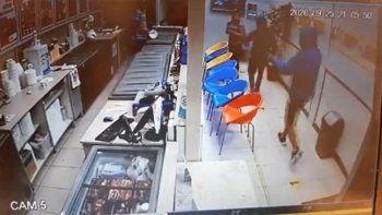 En un minuto, robaron una heladería del barrio Huiliches