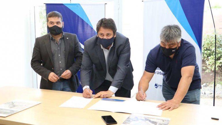 Gaido firmó el acuerdo con los representantes de los sindicatos adjudicatarios.
