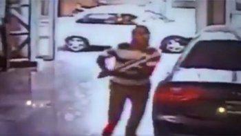 Se enojó con la concesionaria y destruyó un Audi a hachazos