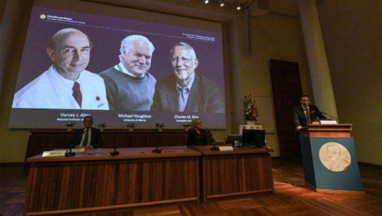 Los estadounidenses Harvey Alter y Charles Rice y el británico Michael Houghton, ganadores del Nobel de Medicina.