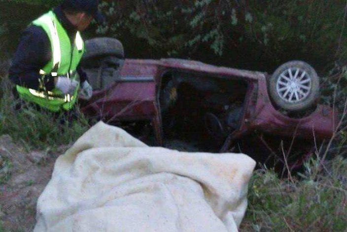 Tres efectivos de la subcomiaría 54 de Guerrico sacaron al conductor del Gol que había quedado en un desagüe que está al costado del a Ruta Nacional 22.