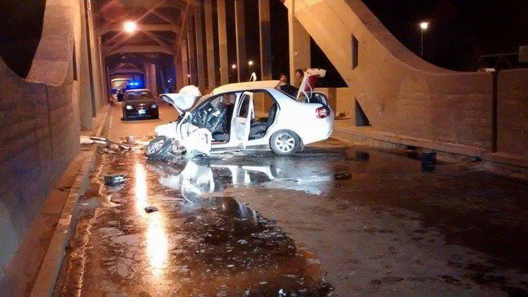 El Fiat Siena impactó contra las columnas del puente.