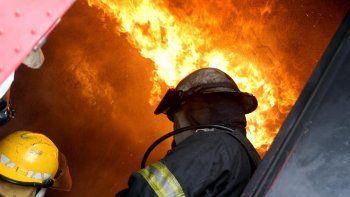 un cipoleno esta grave tras un voraz incendio en su casa